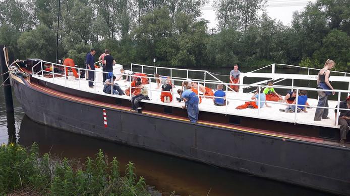 Het 'drijvende clubhuis' De Makke Beer bij de Vikinghaven in Den Bosch