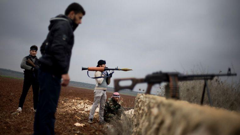 Gematigde Syrische rebellen in gevecht met de aan Al-Kaida gelieerde Isis in Azaz. De macht in het grensstadje is inmiddels overgenomen door gematigde rebellen. Beeld AP