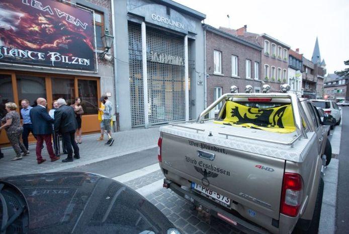 En mai 2019, Emmanuel Maris s'était rendu dans un café à Bilzen pour célébrer la victoire du Vlaams Belang. Son véhicule était stationné devant l'établissement.