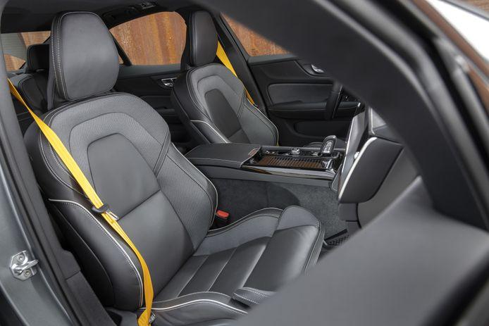 De kleurrijke gordels zijn het enige frivole in het - verder erg prettige - interieur van deze S60.