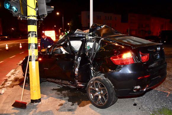 De BMW X6 sloeg ter hoogte van het linkerachterportier te pletter tegen het verkeerslicht, vermoedelijk na een straatrace in de nacht van zondag op maandag.