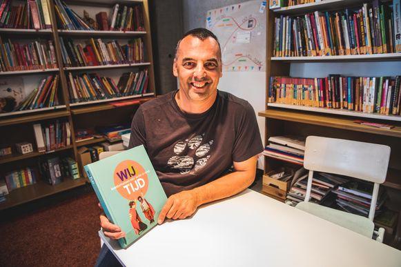Bjorn Accoe met zijn boek Wij-tijd