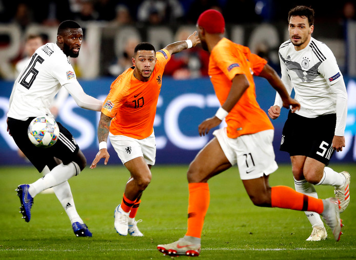 Depay en Babel namens Oranje in duel met Rüdiger (l) en Hummels (r) van Duitsland.