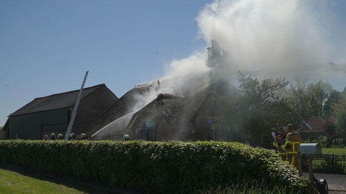De brandweer bestrijdt de brand aan de Weteringdijk in Emst.
