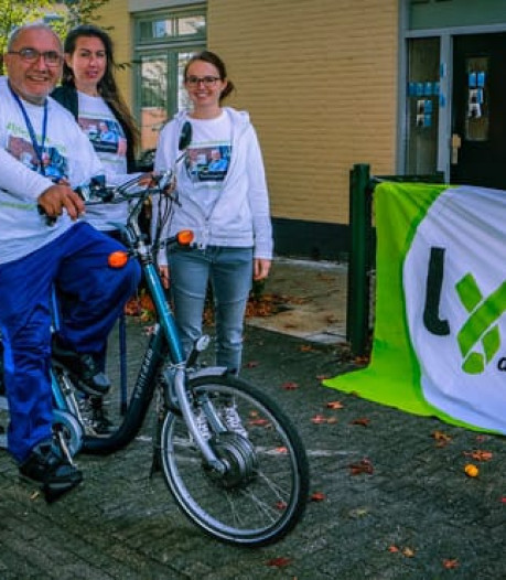 Aziz Koca uit Almelo op zijn driewieler naar Den Haag in strijd tegen lyme