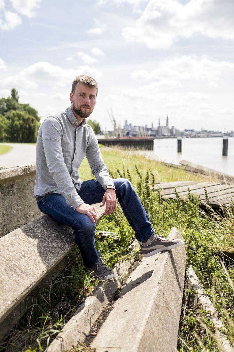 Johannes Faes, beter bekend als Tourist LeMC, met op de achtergrond 'zijn' stad Antwerpen.