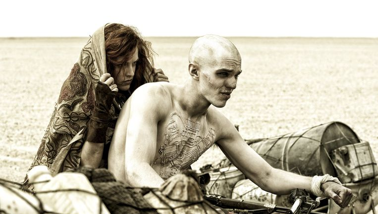 Riley Keough als Capable en Nicholas Hoult als Nux in de film Mad Max:Fury Road. Beeld Warner Bros