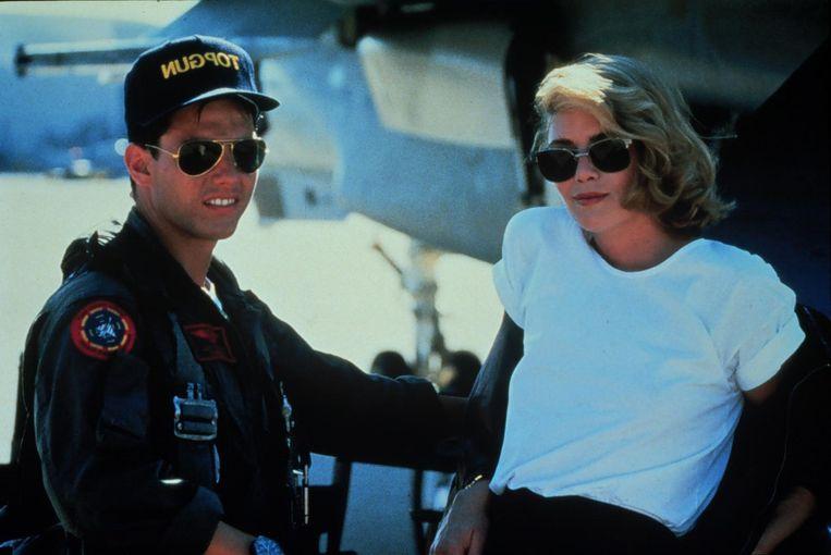 Tom Cruise met zijn iconische Ray-Ban zonnebril en Kely McGillis in Top Gun. Beeld anp
