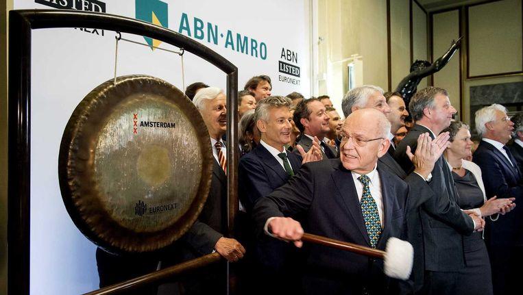 Gerrit Zalm, voorzitter Raad van Bestuur, opent met een gongslag de beursgang van ABN AMRO. Beeld null
