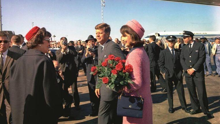Jacky in haar beroemde roze ensemble op de luchthaven van Dallas.