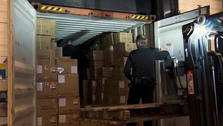 Een medewerker van de douane controleert een container in de Rotterdamse haven. Beeld anp