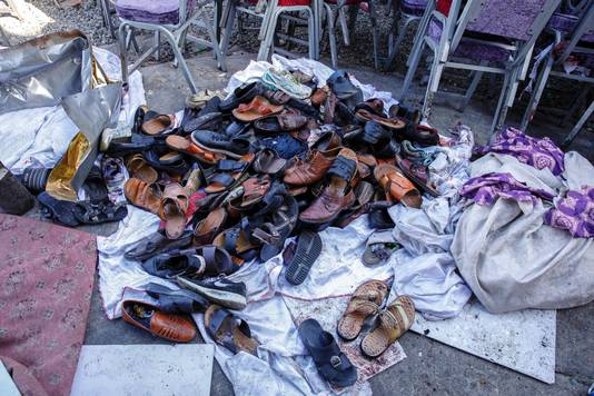 De schoenen van slachtoffers van de dodelijke bomaanslag tijdens een bruiloftsfeest in Kaboel.