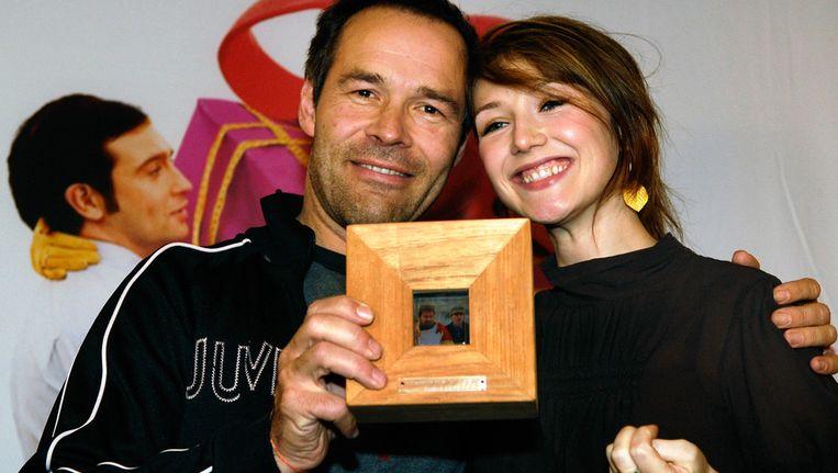 Regisseur Joram Lursen en actrice Carice van Houten tonen de Diamanten Award die zij hebben ontvangen voor de film Alles is Liefde, in december 2007. Beeld null