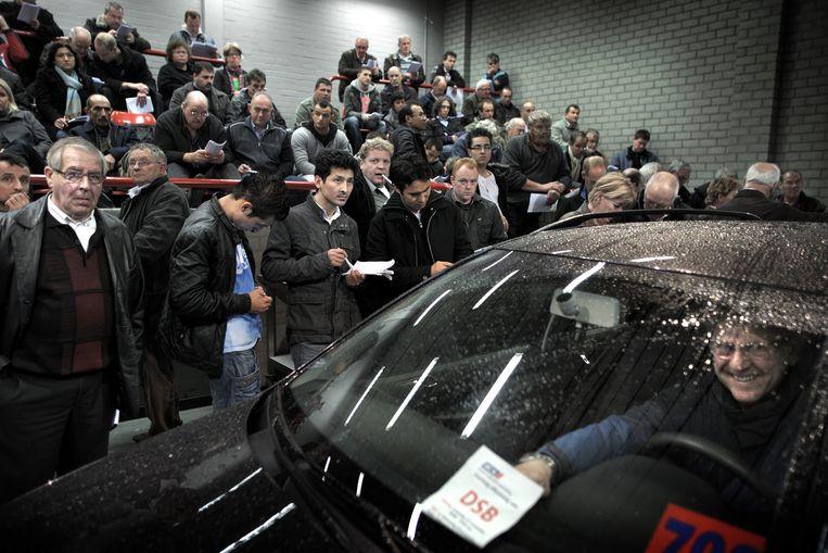 Veel belangstelling voor de veiling van het autopark van DSB. Beeld Joost van den Broek