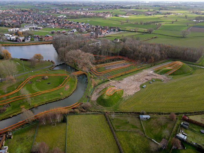 Recreatiedomein Ter Borcht telt speciaal voor het BK Cyclocross twee nieuwe heuvels van 4 en 8 meter, rechts in beeld.
