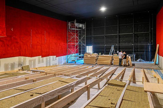 Zo ziet een bioscoop in aanbouw er uit: achterin de metershoge muur waar het scherm komt te hangen. Op de meterslange houten helling - met een verloop van 1,30 meter - komen straks de stoelen en tafeltjes te staan.