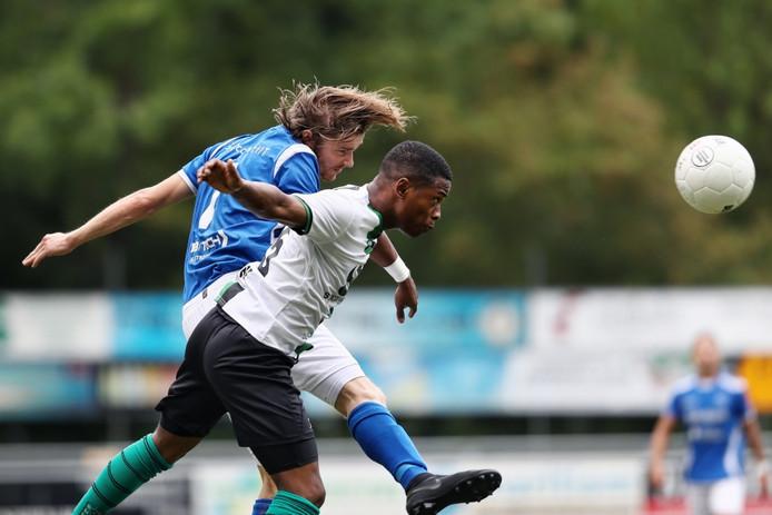 Martin van Eck (l) en Gio van Ree strijden in Scheveningen om de bal.