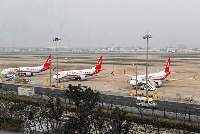 Drie Boeing 737 MAX 8-toestellen staan geparkeerd op Shanghai Hongqiao International Airport. Zij mogen voorlopig de lucht niet meer in.
