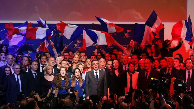 Francois Fillon en aanhangers zingen het Franse volkslied tijdens een verkiezingsbijeenkomst. Beeld afp