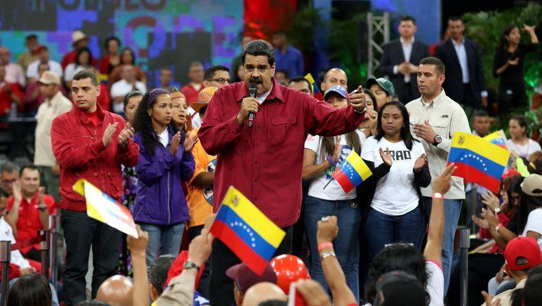 De Venezolaanse president Nicolas Maduro spreekt zijn aanhangers toe in Caracas. Beeld epa