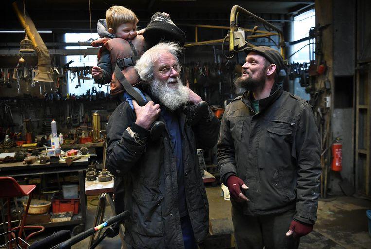 In 1925 kocht Jan de Haas op de Binckhorst grond van roeivereniging De Laak. Roel (rechts) is de vierde generatie op de werf. Zijn vader Jos (links) helpt nog altijd. Beeld null