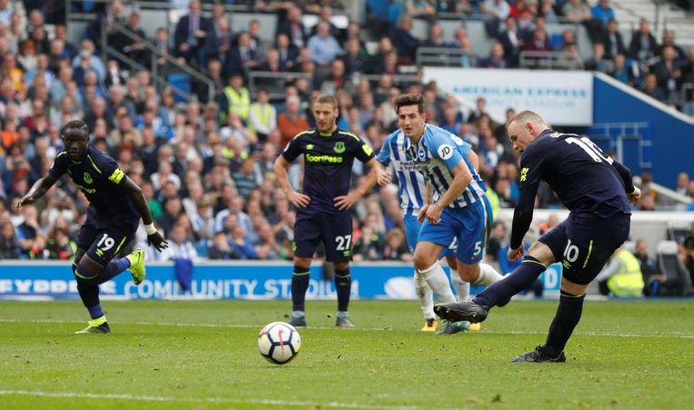 Wayne Rooney scoort voor Everton uit een penalty. Beeld Proshots