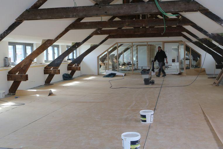 De oude slaapplaatsen onder het dak worden ingericht als open lesruimte.