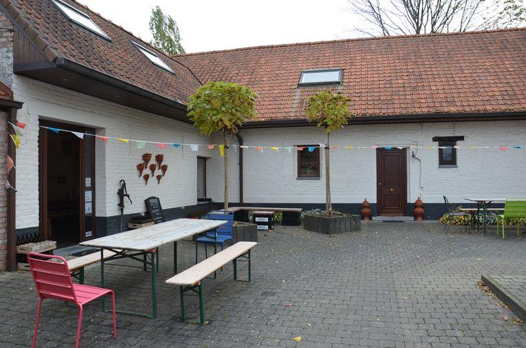 Ook buiten is er zitgelegenheid in 'Innova Brewery' van Jimmy Borloo in Haaltert.