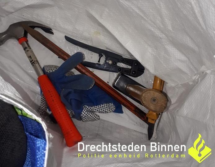 In een dekbedovertrek hadden de mannen verschillende gereedschappen verstopt.