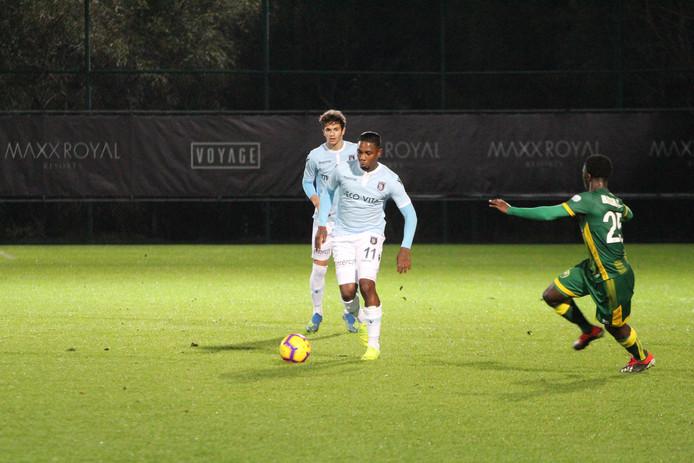 Eljero Elia in actie tegen ADO Den Haag, de club waar hij zijn profloopbaan begon.