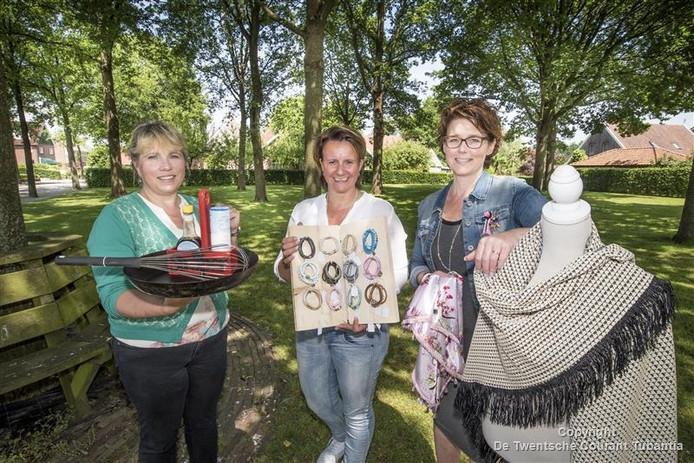 Catharina van der Wal, Odette Hampsink en Hanneke Koertshuis (vlnr.) zijn vastbesloten om van 'Proef & Geniet', een nieuw onderdeel van de Lutter Hellehondsdagen, een succes te maken.