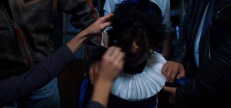 PVV Overijssel 'ontvoert' roetveegpiet en schminkt hem zwart