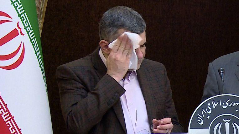 De Iraanse viceminister van Volksgezondheid Iraj Harirchi streek meermaals met een zakdoek over zijn gezicht om het zweet weg te vegen.