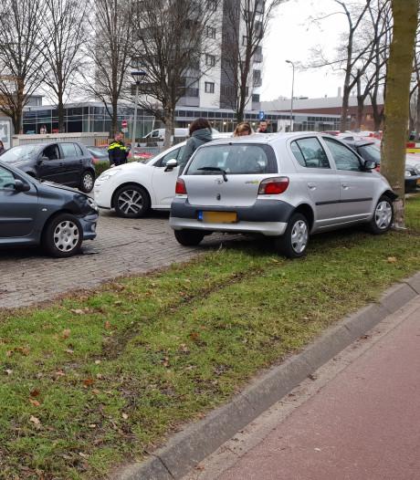 Bestuurster vliegt uit de bocht in Wageningen en raakt vier auto's