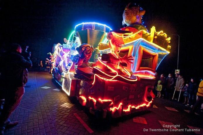 Verlichte carnavalsoptocht in Enschedese wijk Twekkelerveld (audio ...