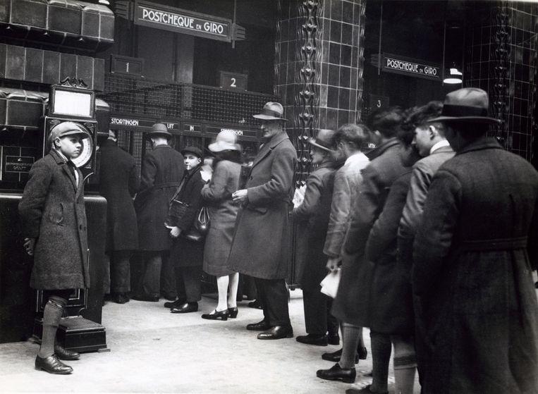 Mensen in de rij bij het postkantoor te Rotterdam op 8 mei 1931. Beeld Nationaal Archief/Collectie Spaarnestad/Fotograaf onbekend