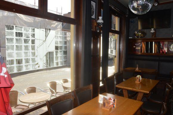 Het werk van de Belgische kunstenares Line Boogaerts op de vensters in café Sint-Annakamer.