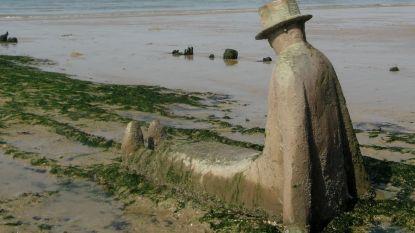 Bekend bronzen beeld op strand van Knokke bedolven onder zand: gemeentediensten geven Folon begin 2020 nieuw plaatsje