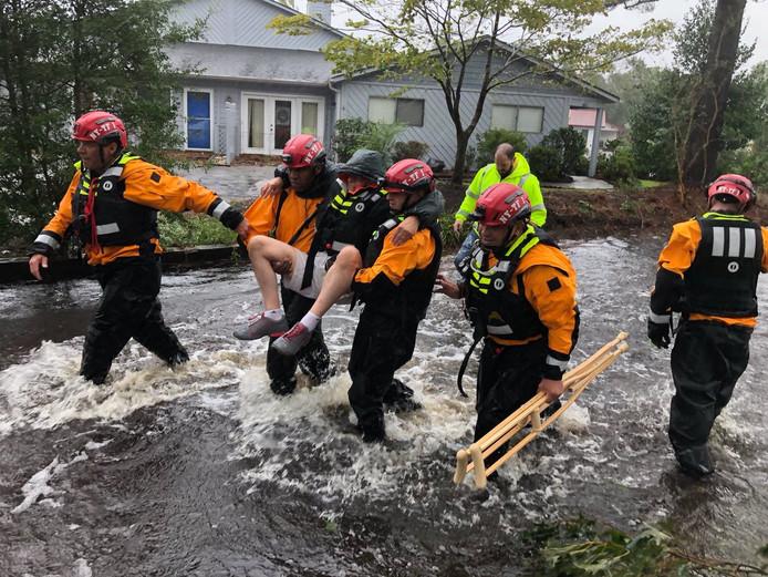 Reddingswerkers evacueren een man in North Carolina.