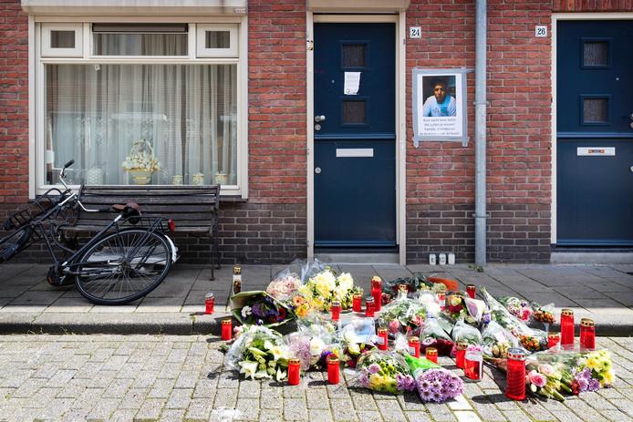 Op de plek waar de man is overleden, zijn bloemen neergelegd.