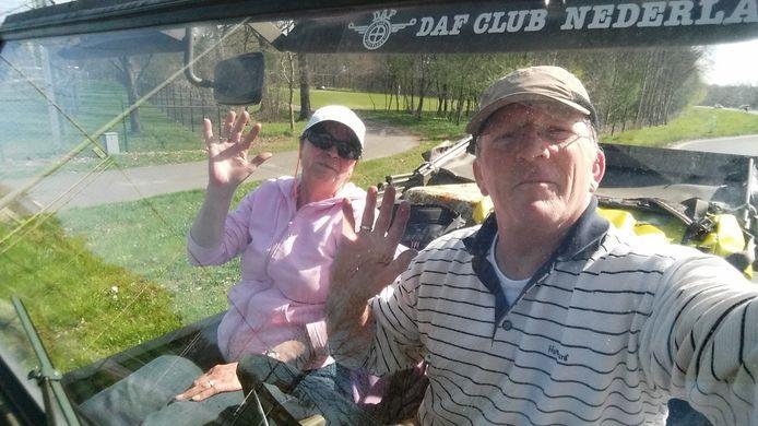 Johan van den Boomgaard en zijn vrouw Francien zijn op pad in een oud militair voertuig.