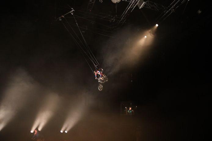 La Contrabande brengt spektakel, onder meer met vliegende motoren.