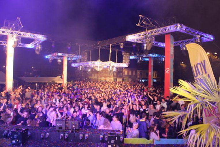 De Q-Party op Niel Plage lokte duizenden bezoekers.