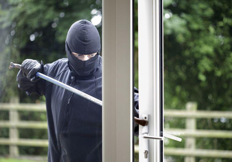 De inbrekers forceerden een raam aan de achterzijde van de woning. (illustratiebeeld)