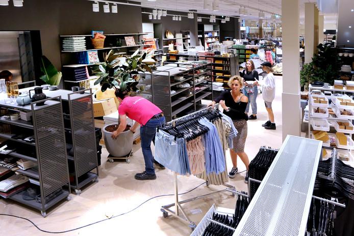 De laatste hand wordt gelegd aan de nieuwe H&M aan de Ginnekenstraat. In de nieuwe vestiging komt onder meer een grote H&M Home-afdeling.