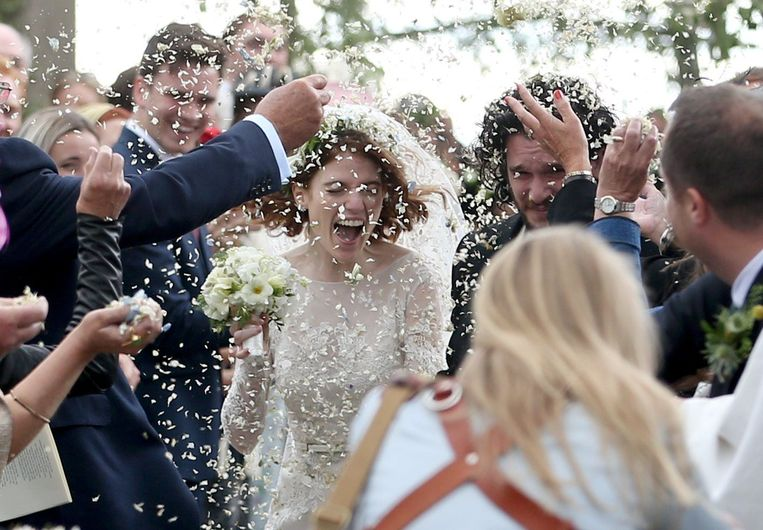 Na het huwelijk werd het koppel overspoeld door confetti.