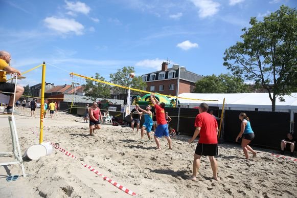 Op het programma een potje beachvolley...
