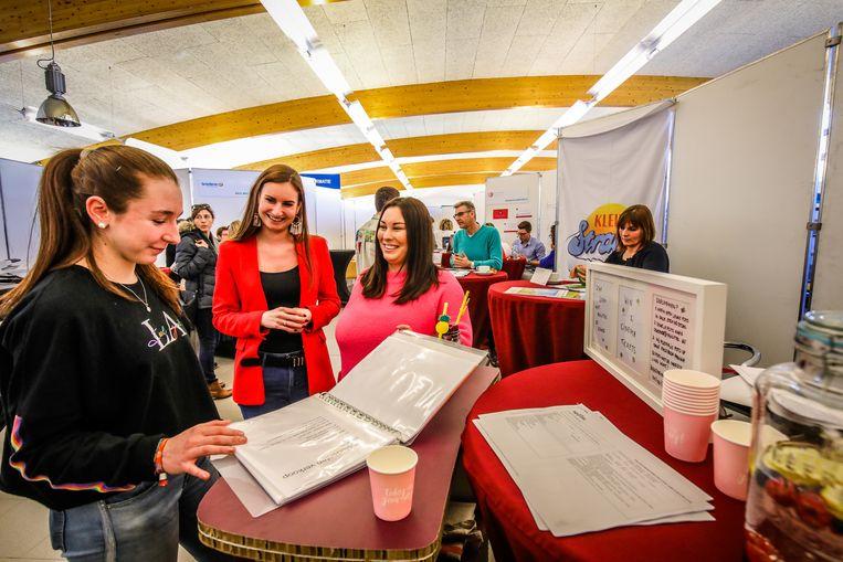 Amber Klein (links) bekijkt de aanbiedingen van Agilitas met consulenten Hannelore Bulcke en Sophie Vanderwee (rechts).