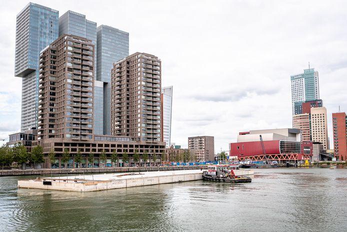 Het fundament van het drijvend kantoor komt aan in de Rijnhaven.