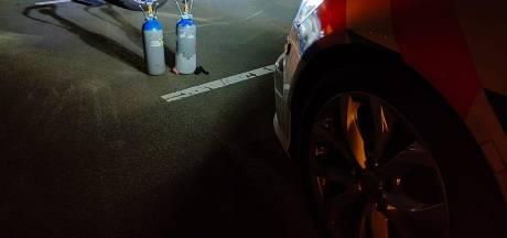 Man rijdt met lachgasballon aan zijn mond en moet rijbewijs inleveren